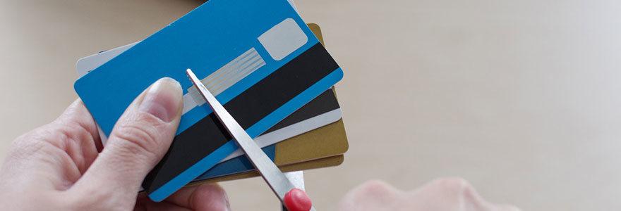 Carte de crédit coupée ciseaux